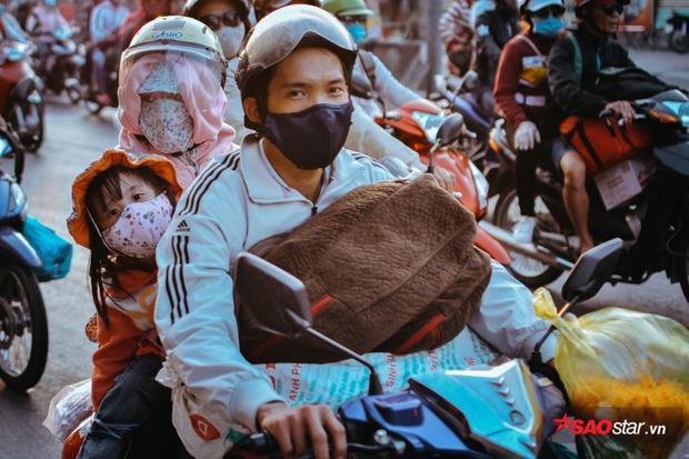 Nhiều người lỉnh khỉnh đổ trên xe máy đổ về thành phố.