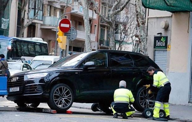 Cảnh sát tiến hành thu xe của Coutinho.