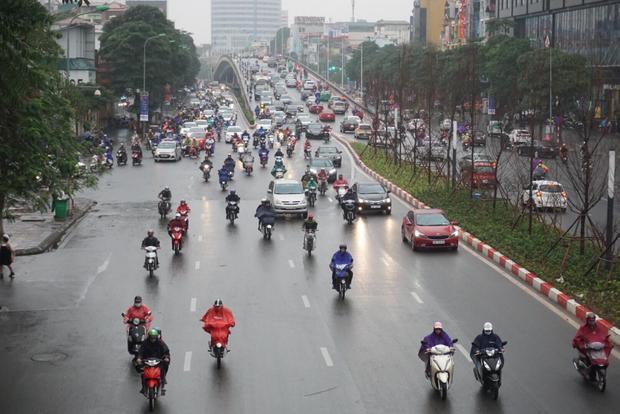 Sáng 21/2 (mùng 6 Tết), người dân Hà Nội bắt đầu đi làm sau kỳ nghỉ Tết Nguyên đán Mậu Tuất 2018. Trên khắp các tuyến đường tại thủ đô đông đúc hơn rất nhiều so với vài ngày trước.