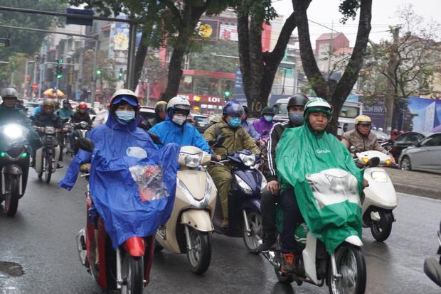 Trên tuyến đường Kim Mã dòng người vội vã đến cơ quan để bắt đầu ngày làm việc mới.