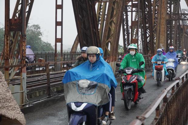 Hai ba ngày nay, người dân khắp các tỉnh lại quay lại Hà Nội để sinh sống, làm việc nên lượng người tăng đột biến. Nhiều người phải đội mưa đi làm.