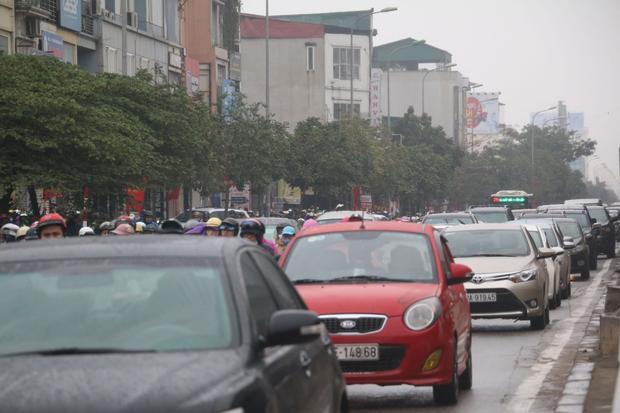 Tương tự, tại tuyến đường Nguyễn Xiển cảnh xe ô tô nối đuôi nhau.