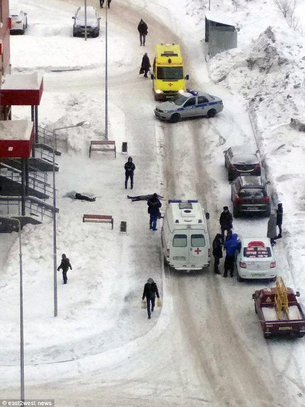 Thi thể hai em được tìm thấy ở trên nền tuyết trắng xóa trước tòa chung cư.