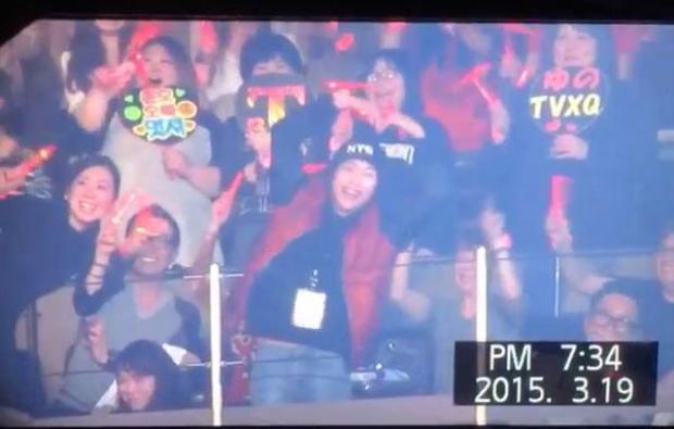 Ai đây? Ai xuất hiện trong concert của TVXQ vậy? Vâng, Xiumin của EXO đấy!