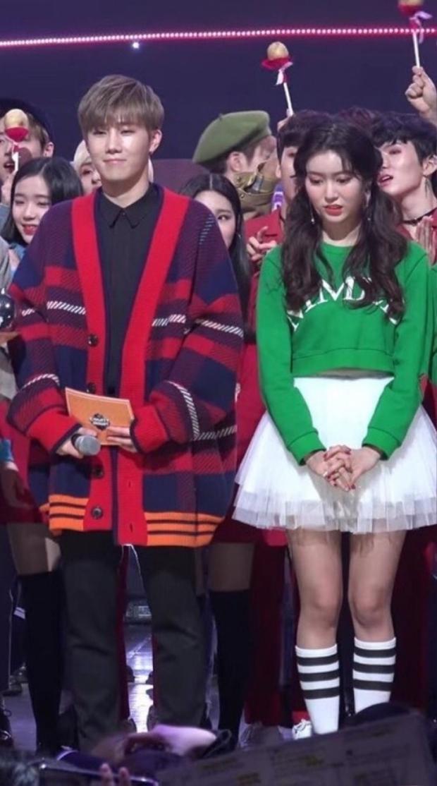 """Một bức ảnh trông khá bình thường cho tới khi sự việc trong quá khứ được """"đào"""" lên. Cụ thể, cô gái đứng bên cạnh Sunggyu (INFINITE) từng là master fansite của anh. Khoảng khắc """"khó thở"""" của Jane (Momoland) được các fan thích thú đồng cảm."""