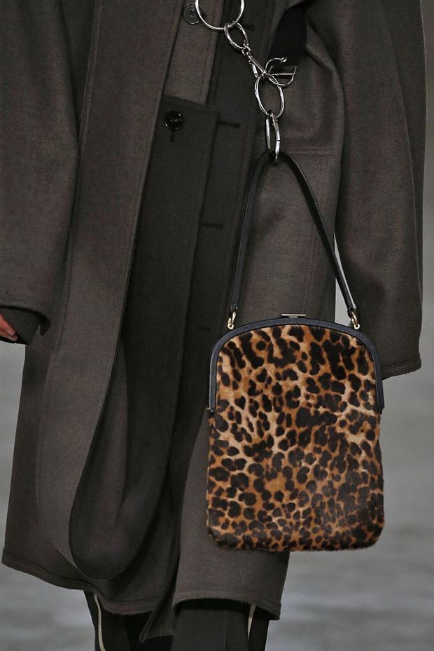 Túi lông thú luôn là sự lựa chọn cho những tín đồ thời trang muốn thể hiện sự sang trọng, đẳng cấp.