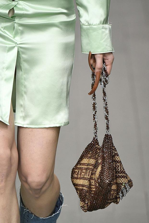 Các tín đồ thời trang nếu muốn sử dụng những chiếc túi đính hạt thật sành điệu thì nên mix chúng với trang phục đơn sắc, ít họa tiết để không phải ghi danh vào top mặc xấu!