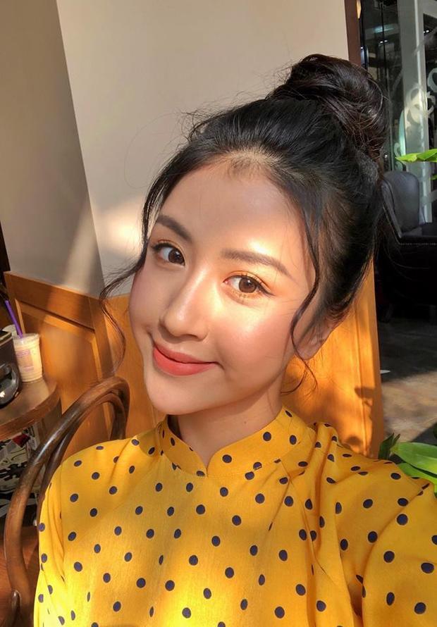Khi diện áo dài vàng, Quỳnh Anh Shyn khéo léo chọn màu mắt cùng và màu son hồng đất khiến diện mạo của cô nàng vô cùng xinh đẹp.