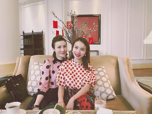 Hai chị em Yến Nhi và Yến Trang cùng diện áo chấm bi điệu đà nhưng phong cách trang điểm thì đối lập hoàn toàn. Trong khi Yến Trang rực rỡ với màu son đỏ tươi thì Yến Nhi lại dịu dàng e ấp với son môi hồng đào.