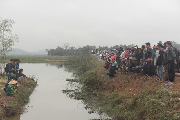 Rất đông người đến xem cá.