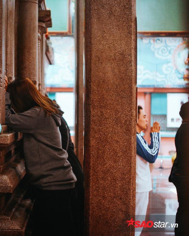 Điều đặc biệt trong ngôi đền Ấn Giáo này, người dân thường cầu nguyện bằng cách úp mặt vào tường đá nói chuyện.