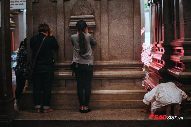 Vô số người Sài Gòn đã thực hiện lễ nghi linh thiêng này cùng với những lời cầu nguyện chân thành.