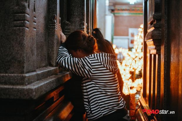 Khung cảnh luôn trang nghiêm và im lặng, chỉ có tiếng thì thầm của những người cầu nguyện.