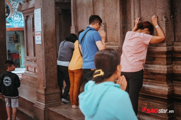 """Ông Vương Liêm (Trưởng Ban quản lý đền) chia: """"Câu chuyện về cách thì thầm cầu nguyện với tượng đá đã có từ khá lâu đời ở ngôi đền. Những lời thỉnh cầu thành tâm đều sẽ được thần linh lắng nghe""""."""