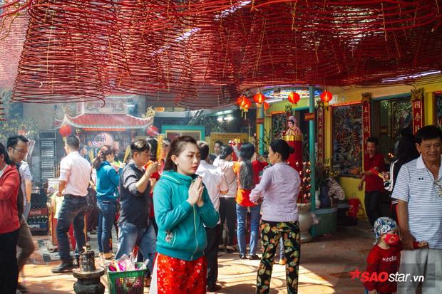 Mồng 6 Tết, người Sài Gòn đã chọn nhiều ngôi chùa nổi tiếng như Vĩnh Nghiêm, lăng Ông Bà Chiểu, chùa Bà Thiên Hậu,… để du xuân và cầu bình an cho năm mới.