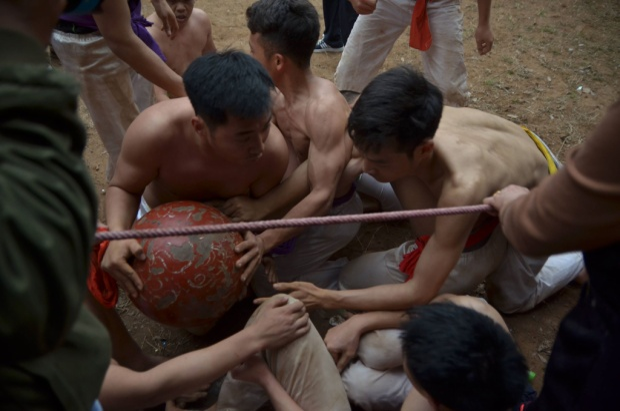 Thanh niên trai tráng tranh giành quả cầu trong lễ hội vật cầu đầu năm