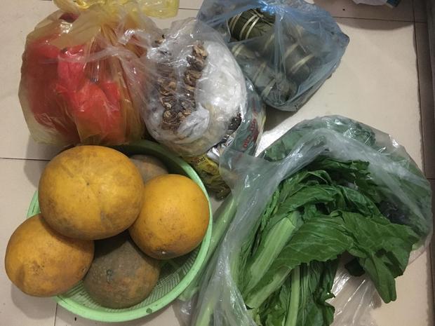 Trái cây, rau, kẹo bánh, bánh chưng đều có đủ.