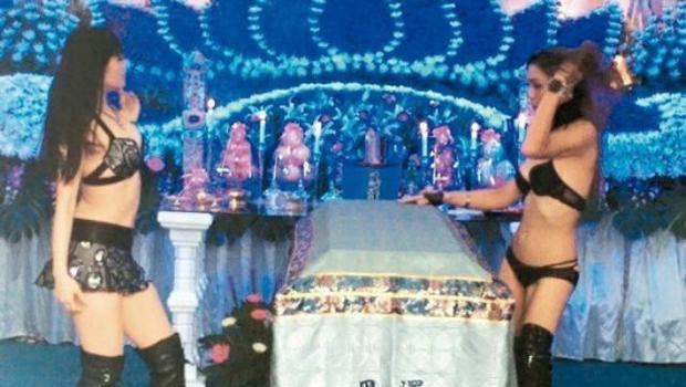 Người vợ tại Đài Loan thuê 2 vũ nữ biểu diễn thoát y trong đám tang của chồng.