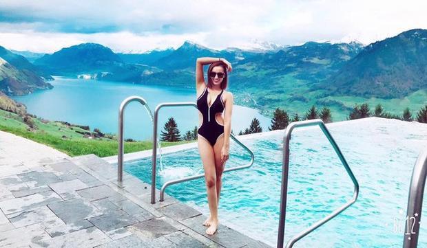 Hết bikini 2 mảnh rồi lại bikini một mảnh cắt xẻ táo bạo được nữ diễn viên tinh tế chọn mặc để khoe đường cong hút mắt của mình.