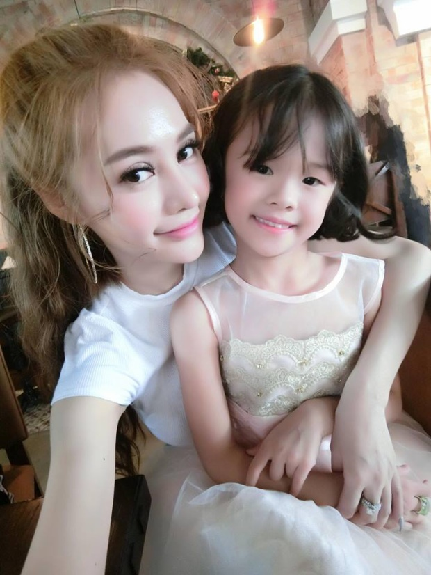 Linh Chi cũng từng chia sẻ hình ảnh chụp cùng con gái Lâm Vinh Hải trên trang cá nhân.