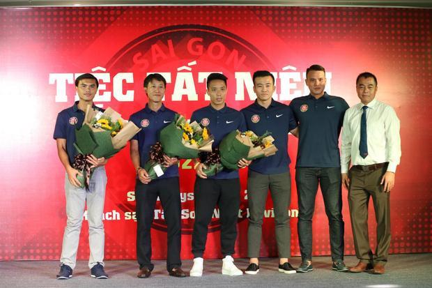 Chủ tịch Trần Tiến Đại (bìa phải) cùng HLV trưởng Phan Văn Tài Em (bìa trái) và ban huấn luyện mới của Sài Gòn FC.