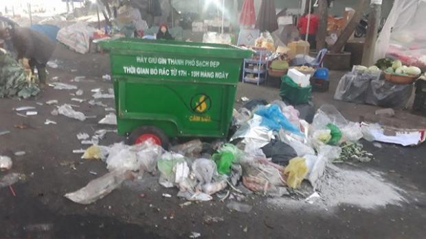 Ngay cạnh thùng rác trống rỗng là một đống rác.
