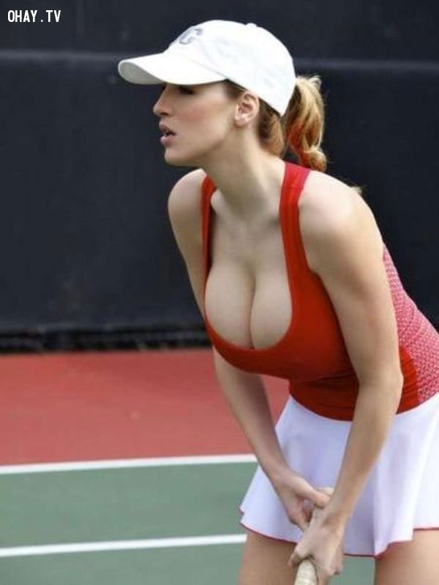 """Có lẽ mỹ nhân thể thao Jordan Carver không nghĩ rằng chiếc áo tennis này cũng không thể đỡ nổi vòng 1 siêu """"khủng"""" của cô."""