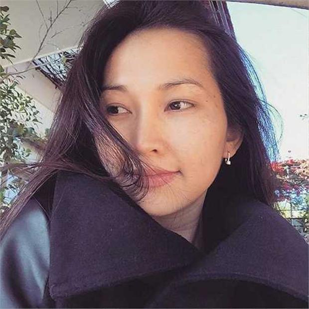 Kim Hiền sở hữu gương mặt thon gọn, khung xương nhỏ, từng đường nét trên khuôn mặt hài hòa.