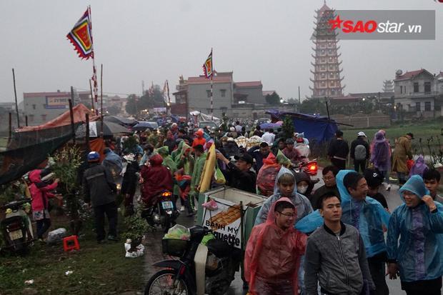 Người dân khắp nơi trên mọi miền tổ quốc đến chợ Viềng để được hòa mình vào văn hóa chợ làng quê độc đáo mỗi năm chỉ họp một lần.