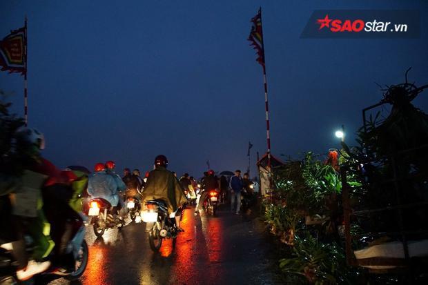 Chiều tối mùng 7, dòng người đổ về chợ Viềng ở huyện Vụ Bản ngày một đông hơn.
