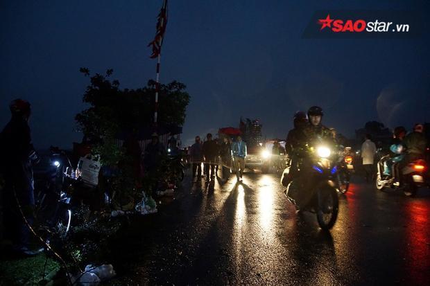 Mặc mưa và trời tối, mọi người vẫn đổ về chợ Viềng mỗi lúc một đông.