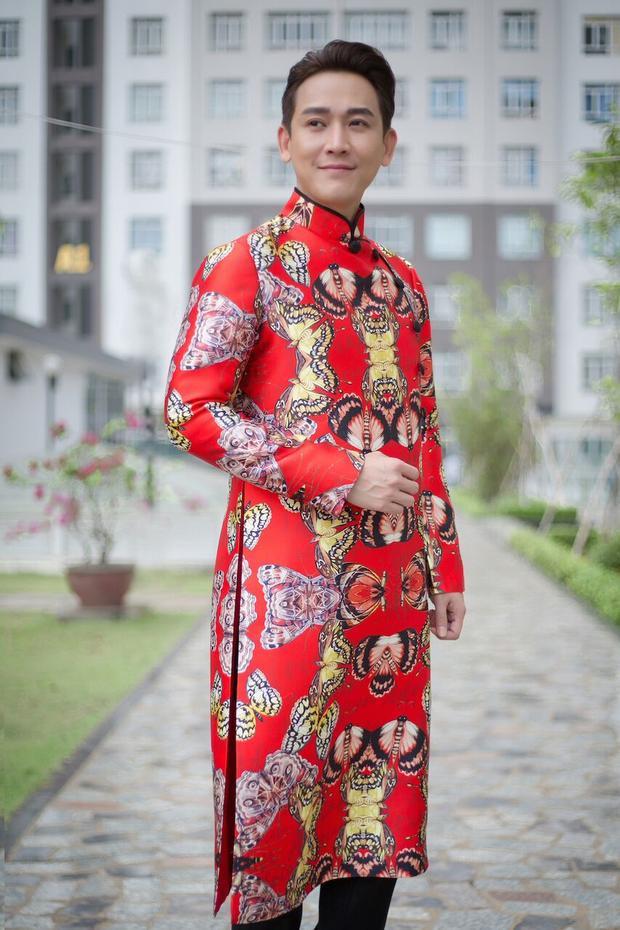 Chẳng cần bộ vest sang trọng, đôi giày hiệu bóng loáng, Hứa Vĩ Văn vẫn gây ấn tượng với sự chỉn chu, bảnh bao ngay cả trong những bộ trang phục truyền thống.