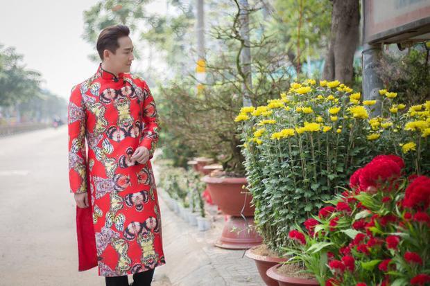 """Trước đây, nam diễn viên thường diện các bộ vest hoặc Tây phục lịch lãm. Lần này, anh quyết định """"sắm"""" vẻ ngoài mang tính truyền thống nhằm phù hợp với không khí đầu năm."""
