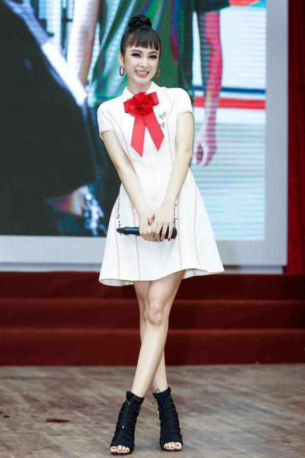 Angela Phương Trinh luôn biết cách khiến cô trở nên nổi bật, ấn tượng hơn với tóc búi cao, boot hở mũi sành điệu. Người đẹp 9X tạo điểm nhấn bằng mái ngố để tăng thêm sự khác lạ.