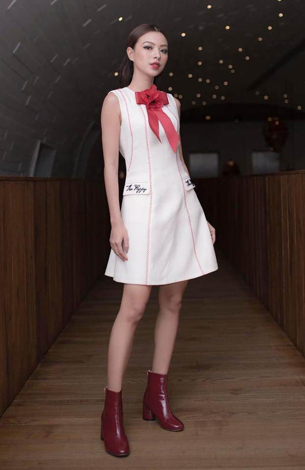 Đôi boots đỏ là sự thay đổi ấn tượng, tạo nên nét cá tính cũng như màu sắc riêng của cô.