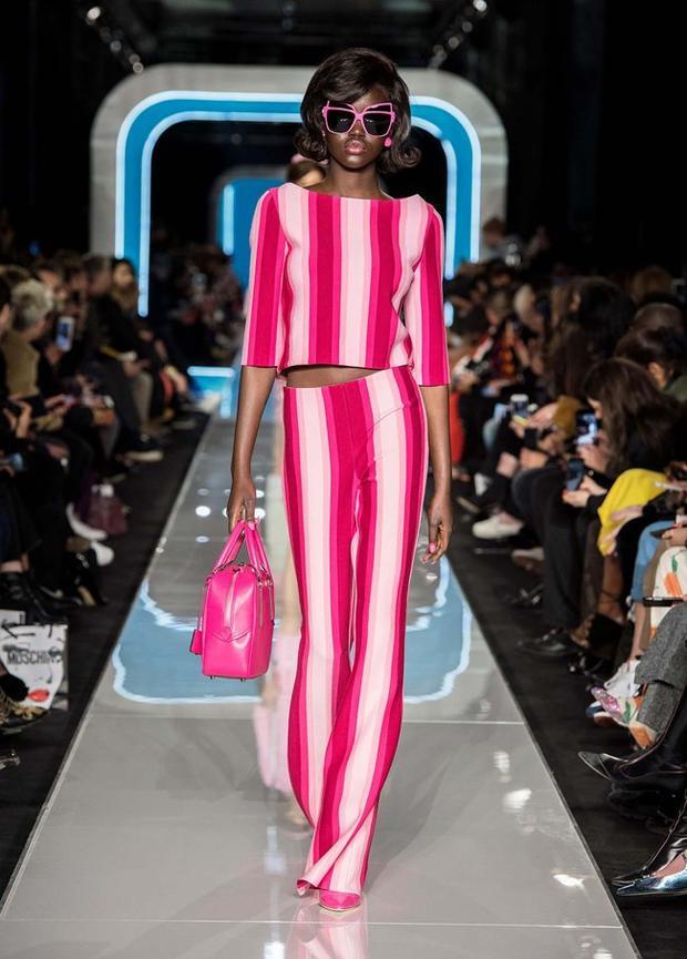 Ngoài ra, mùa lạnh năm nay, nhà mốt cũng giới thiệu đến mọi người những thiết kế sọc dọc, giúp tăng chiều cao cho người mặc.