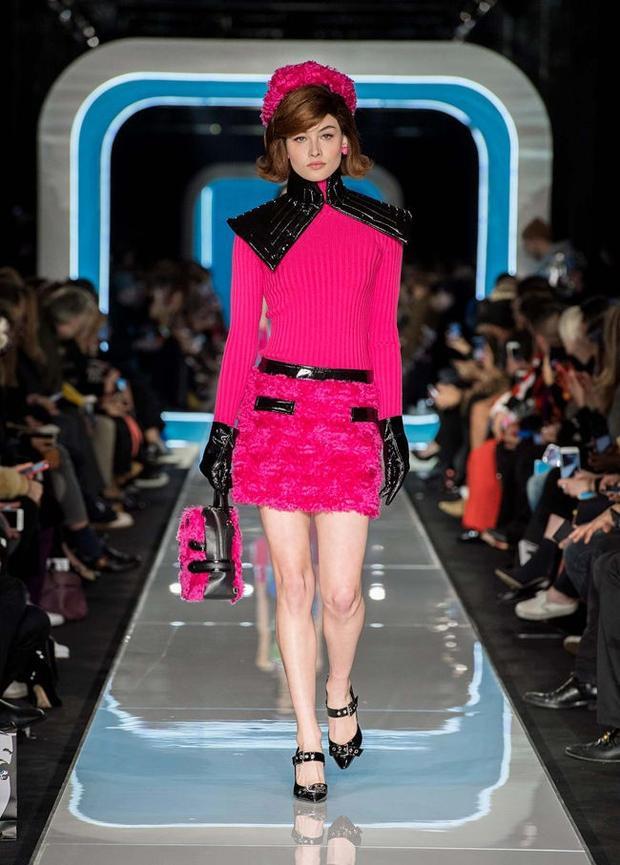 Một thiết kế kết hợp giữa vải dệt thoi, lông vũ và da có gam màu hồng hot pink đẹp mắt.