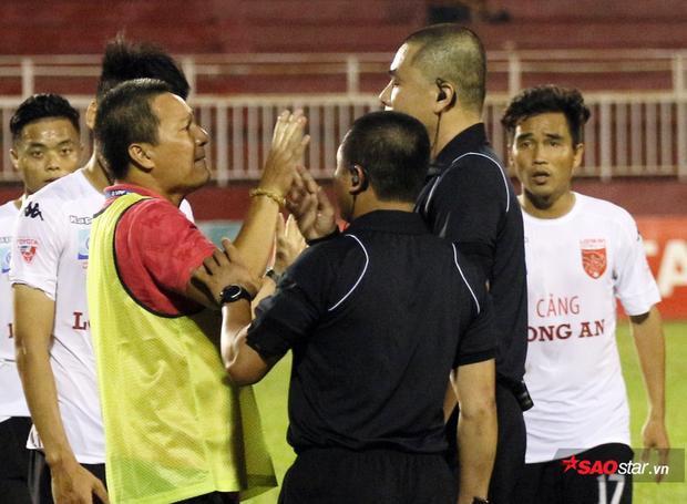 HLV Ngô Quang Sang bị cấm 3 năm vì có hành động bức xúc với trọng tài Nguyễn Trọng Thư.