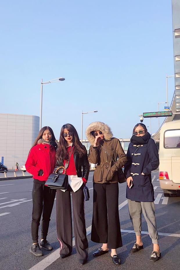 Ngay cả khi sang tới Hàn Quốc với trời lạnh âm độ thì đôi bạn thân này cũng không thể từ bỏ kiểu quần làm nên phong cách high fashion mình yêu thích.