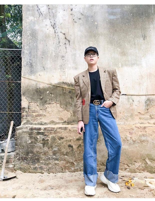 Sau khi sắm đôi sneaker Gucci thì Đức Phúc đã cho em nó lên sóng. Anh chàng mạnh dạn kết hợp đôi sneaker với quần jeans ống rộng cực chất.
