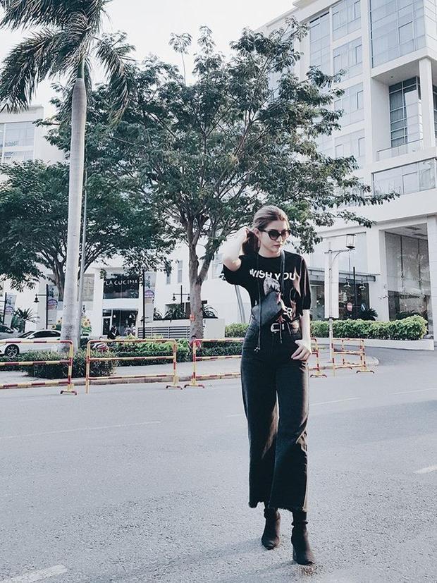 Diện cả một cây đen nhưng người đẹp vẫn rất nổi bật trên phố nhờ chiếc quần jeans bắt mắt.