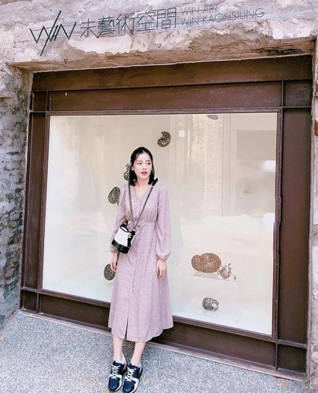 Chi Pu cũng có chuyến đi đến Đài Loan vào những ngày đầu năm Mậu Tuất. Một trong những hình ảnh mới nhất của Chi Pu là cô xuất hiện trong bộ váy hoa nhí nữ tính phối cùng sneaker, túi Chanel hobo trắng đen đắt đỏ.