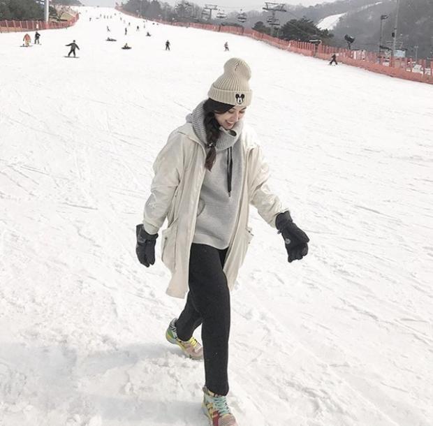 Hà Lade cũng khoe ảnh trượt tuyết tại xứ Kim Chi với trang phục ấm áp.