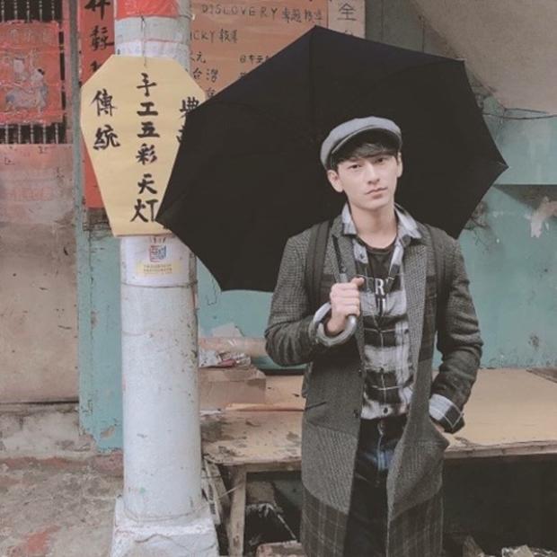 Khác với hình ảnh lịch lãm thường ngày, Isaac xuất ngoại với phong cách thời trang khá cổ điển gồm áo sơ mi, trench coat và nón baker.