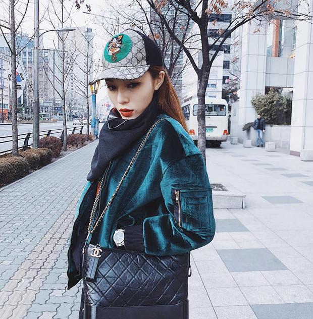 Đến Hàn Quốc lần này, hoa hậu gốc Nam Định vẫn không quên phối trang phục với túi Chanel sang chảnh.