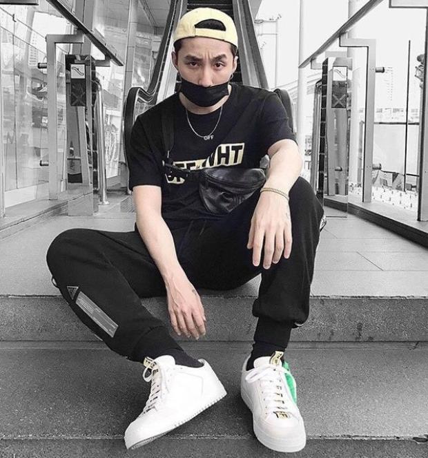 Là một trong những ca sĩ trẻ tuổi thành công nhất trong làng âm nhạc Việt hiện nay. Đầu năm, Sơn Tùng chọn điểm du lịch tại Thái Lan. Nam ca sĩ diện cả cây đen với áo phông cùng quần thể thao trẻ trung.