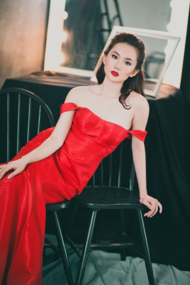 Trong chiếc váy dạ hội màu đỏ, làn da trắng không tì vết của Mỹ An nhận được khá nhiều lời khen.