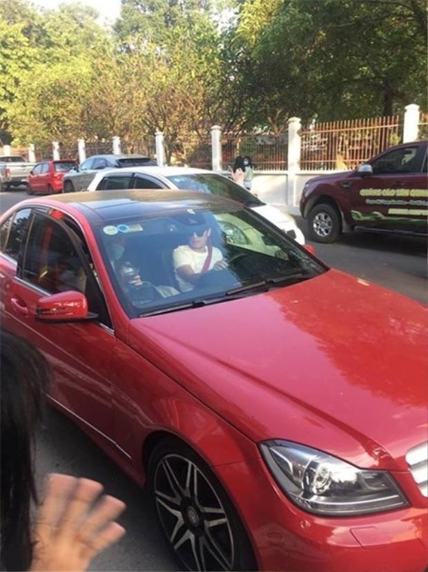 …Nhã Phương lại ngồi trong xe và khá dửng dưng với Trường Giang.