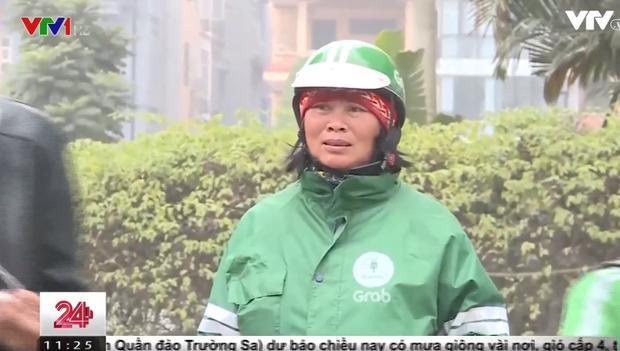 Người phụ nữ Dao hơn 60 tuổi làm nghề chạy xe ôm công nghệ cho hãng GrabBike.