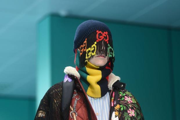 Người mẫu ắt hẳn sẽ rất khó khăn khi catwalk với chiếc nón len kết tua rua che kín mắt như thế này.